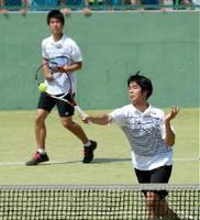 男子ダブルス決勝・武雄-致遠館 ボレーを決める武雄・吉村一輝(右)。左は中島琉=佐賀市の県庭球場
