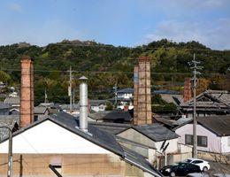 窯元の煙突が立ち並ぶ有田町。来月のサンタサミットでは世界の公認サンタが訪問する=有田町岩谷川内