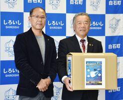 マスクを受け取った田島町長(右)と「チャイルドSAGA」の田中本部長=白石町役場
