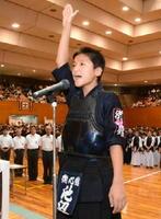 力強く宣誓する衛心館の池辺亮太主将=県総合体育館