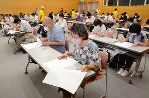 初めて実施された「佐賀市検定」に挑戦する参加者ら=佐賀市のエスプラッツ