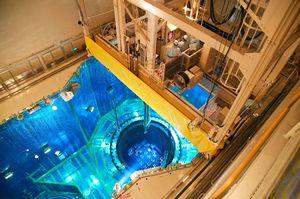 原子炉容器にクレーンで差し込まれる燃料集合体(中央)=東松浦郡玄海町の玄海原発4号機原子炉格納容器