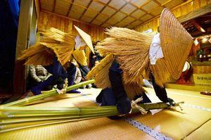 青竹を打ち鳴らして厄(やく)をはらうカセドリ=佐賀市蓮池町の熊野権現神社(2017年2月撮影)