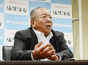 佐賀県有明海漁協の新組合長に選出され、記者団に抱負を述べた西久保敏氏=佐賀市の漁協本所