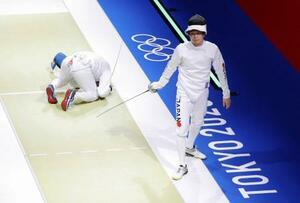 男子エペ個人準々決勝でイタリアのサンタレッリ(左)に敗れた山田優=幕張メッセ
