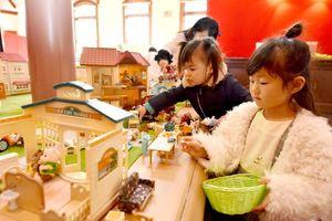 シルバニアファミリーとコラボしたコーナーは子どもたちに大人気=佐賀市の旧古賀銀行