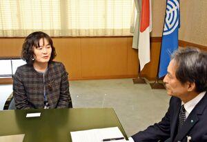 中江副勉市長(右)に着任のあいさつをする柳建淑さん=唐津市役所