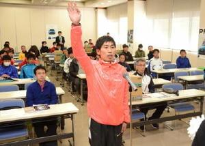 出場13チームを代表して宣誓する武雄市チームの山口真彦選手=佐賀市の佐賀新聞社