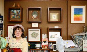 若手作家の展覧会を毎月開いている店長の岡野朋子さん。店内にはゆかりの作家たちの作品が並ぶ