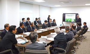 日頃の普及活動の成果を山口祥義知事(左手前)に報告する農業改良普及センターの担当者=県庁