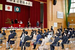 一人一人に卒業証書が手渡された新栄小の卒業式=佐賀市