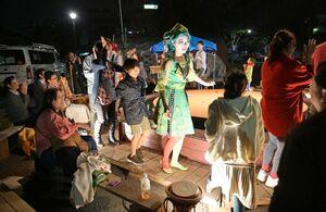フィナーレで出演者と一緒に円形劇場を回る来場者=佐賀市の県立博物館前