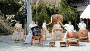 しゃくなげ祭りで演奏を披露する伊万里太鼓のメンバー=有田町の山田神社