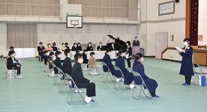 在校生に言葉を掛ける卒業生の幸松彩夢さん(右)=伊万里市の滝野小中学校