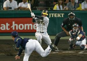 1回阪神2死、近本が右前打を放ち、長嶋茂雄が樹立した新人最多安打のセ・リーグ記録を更新。投手小川、捕手松本直=甲子園