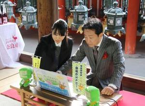 奈良市の春日大社で確定申告書の作成を体験する辰巳琢郎さん(右)=9日午後