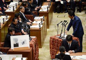 神埼市の陸自ヘリ墜落に関し、衆院予算委員会で安倍首相(右)と質疑を交わす原口一博議員=東京・永田町の国会