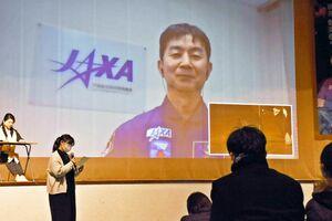 オンラインで講演し、参加者の質問に答える宇宙飛行士の油井亀美也さん=佐賀市の市村記念体育館