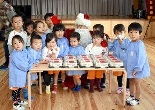 佐賀のニュース 被災者にサンタ姿でケーキ贈る