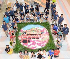 子どもたちが協力して制作したインフィオラータ(花絵)。祐徳稲荷神社を表現した=鹿島市のピオ