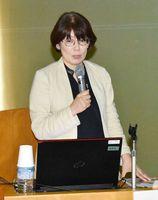 女性の視点から必要な防災対策について話す藤井宥貴子さん=伊万里市民図書館
