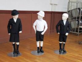 泰明小が標準服として採用を決めた「アルマーニ」デザインの制服(東京都中央区教育委員会提供)