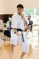 少林寺拳法 力強い演武を披露する北陵の加藤翔大=武雄高体育館