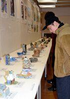 焼き物を中心に数多く並ぶ児童生徒の立体作品=有田町の県立九州陶磁文化館