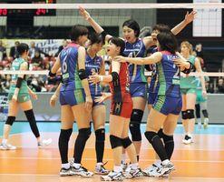 JT(奥)を破り優勝し、喜ぶ久光製薬の選手たち=東京体育館