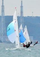 風をつかみ、ゴールを目指す420級の選手たち=唐津湾