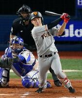 10回巨人2死一、三塁、増田大が中前に決勝打を放つ。捕手戸柱=横浜