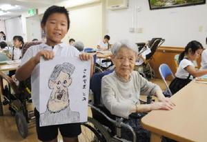 クレヨンでお年寄りの顔を描いた児童たち=太良町の光風荘