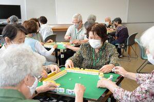 「3ないルール」で健康マージャンを楽しむ参加者ら=佐賀市のアバンセ