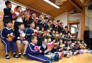 懸命に花を生け、記念写真に収まる園児たち=吉野ヶ里町の東脊振幼稚園