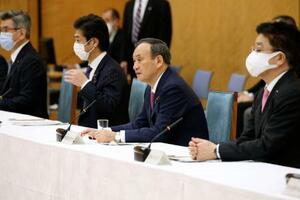新型コロナウイルス感染症対策本部であいさつする菅首相=22日午後、首相官邸