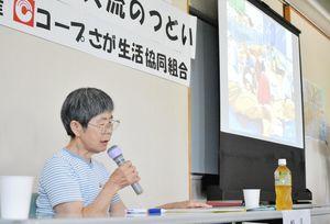原発事故による避難生活を描いた紙芝居を上演する松田早百合さん=佐賀市立図書館