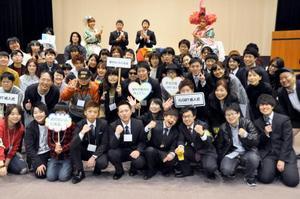 「LGBT成人式」の集合写真でポーズをとる参加者=10日午後、名古屋市