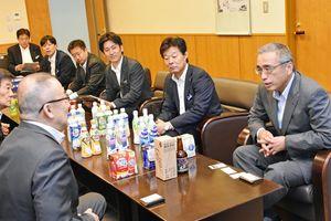 江里口秀次市長(左)を訪問した岸上克彦社長(右)=小城市役所