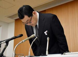 記者会見で謝罪する広島県警の鈴木信弘本部長=14日午後、広島市