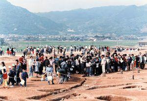 県内外から歴史ファンが訪れた吉野ケ里遺跡の発掘現場。26年間続いた発掘調査は2012年で一区切りした=1989年撮影