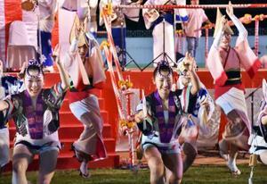 16日、タイの首都バンコクで盆踊り大会が開かれ、披露された阿波おどり(共同)