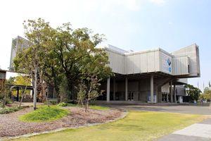周辺環境も含めて受賞した佐賀県立博物館=佐賀市城内(提供)