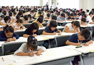 一斉に問題に取り組む参加者たち=佐賀市神園の西九州大短期大学部