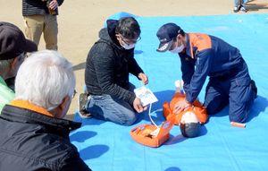消防署員からAEDの使い方を学ぶ参加者=有田町南山
