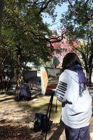 秋の訪れを感じる自然の中で、スケッチを楽しむ参加者ら=佐賀市の県立博物館付近