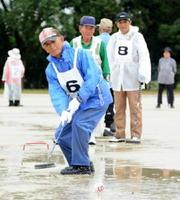 ボールの行方を見つめる参加者=佐賀市の県総合運動場