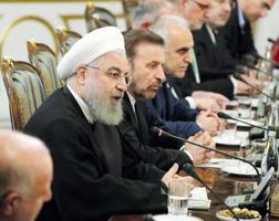 安倍首相との会談に臨むイランのロウハニ大統領(左から2人目)=12日、テヘラン(代表撮影・共同)