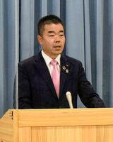 記者会見で謝罪する滋賀県の三日月大造知事=17日午後、滋賀県庁