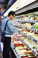 加工品の温度管理を確認する食品衛生監視員=佐賀市のレッドキャベツ多布施店