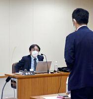 青木教授(奥)を参考人招致して質疑を行った佐賀県議会の新型コロナウイルス感染症対策等特別委員会=県議会棟
